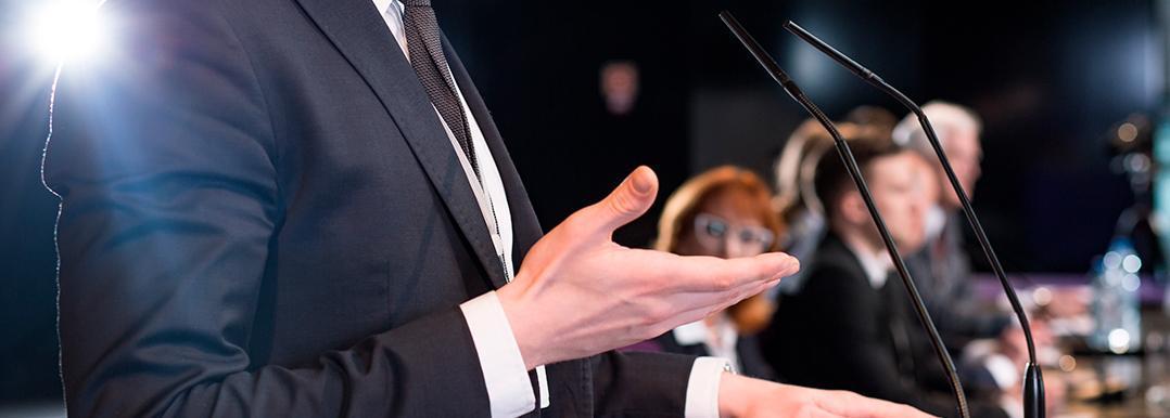 Utiliza antitranspirantes y otros 3 tips para hablar en público